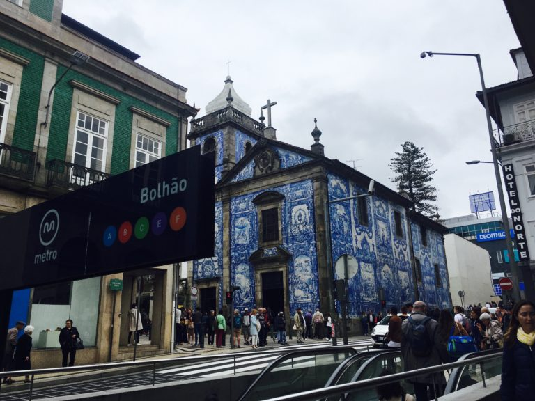 Porto. Bolhao. Travel light - TUUB is good